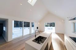 大きな窓と吹き抜けの開放的な家